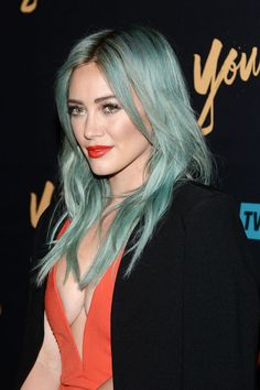 Hilary Duff's awesome turquoise hair + red lips