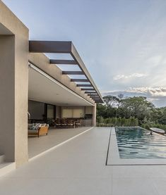 The SF Residence adopts a contemporary style with social environments facing the vast woods feature of the city of Cotia (SP). By Belluzzo Martinhão Architects. Minimalist Architecture, Architecture Design, Chalet Design, Outdoor Cafe, Outdoor Pool, Modern Pools, Dream House Exterior, Facade Design, Exterior Design