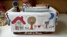 El taller de Maricú: Cesta-costurero de mimbre. Fabric Crafts, Sewing Crafts, Sewing Projects, Fabric Boxes, Fabric Storage, Patchwork Designs, Quilting Designs, Embroidery Applique, Machine Embroidery