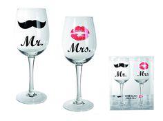 Wijnglazen Mr & Mrs.  Van onze populaire Mr & Mrs serie zijn er nu ook wijnglazen in het assortiment. Je weet altijd wat jouw glas is met deze leuke glazen met een snor of een kus. Deze set van 2 glazen is ca. 22,5 cm hoog. Inhoud is ca. 430 ml.