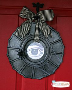 Create a spooky ceiling medallion Halloween wreath with a watching eye | TodaysCreativeBlog.net