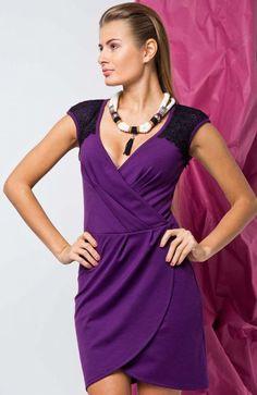 Cover GR1273 sukienka fioletowa Kobieca sukienka o ołówkowym kroju, na szerokich ramiączkach, głęboki kopertowy dekolt