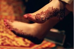 Mehndi signifies the essence of love in wedlock and is essentially applied on the hands and feet of the bride, to strengthen that bond of love. It is one of the most special pre-wedding rituals in India. Mehndi Tattoo, Henna Mehndi, Mehendi, Henna Feet, Henna Tattoos, Henna Hands, Arabic Henna, Henna Images, Henna Designs Feet