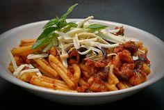Pasta alla Norma - Pasta med aubergine, ett av Siciliens mest kända pastarecept. #Sicilien #recept