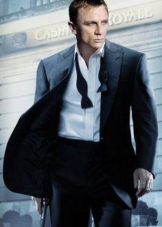 The untied bow tie Daniel Craig James Bond, Casino Party Foods, Casino Theme Parties, Estilo James Bond, Untied Bow Tie, Bow Ties, James Bond Casino Royale, Types Of Bows, Casino Costumes