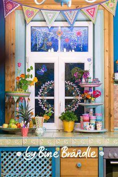 Buntes, originelles Küchenfenster ;-) Vorlagenmappe: Sonnentage & Blütenträume:  Zauberhaft verziertes Küchen-Fenster mit abwischbarem Kreidemarker. Mit Hilfe der Vorlage von Bine Brändle ganz einfach das Motiv am Fenster abpausen. Vorlage hinter der Scheibe anbringen und los geht's ;-) Entweder in weiß oder ganz bunt...