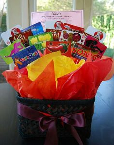 Ask each student to bring in a gift card to somewhere the teacher would like (coffee shop, grocery store, gas, restaurant). Makes a large gift card bouquet. Teacher Gift Baskets, Raffle Baskets, Teacher Appreciation Gifts, Teacher Gifts, Student Teacher, Craft Gifts, Diy Gifts, Gift Card Displays, Gift Card Basket