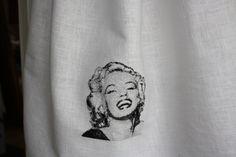 Paradhanduk med Marilyn.  En beställning till en student broderad av oss.