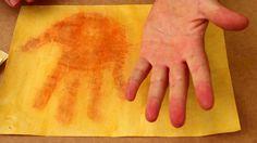 Experiência fácil de química utilizando ácido e base. Você vai precisar de um pouco de amoníaco (hidróxido de amônio) e uma folha de papel pintado com açafrão.
