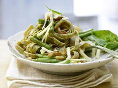 Grüne-Bohnen-Pasta mit Pesto und Pinienkernen: Diese Pasta macht lange satt, hilft bei der Verdauung und bei erhöhten Cholesterinwerten.