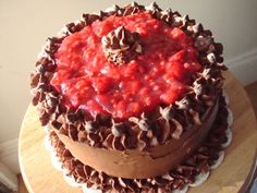 Chocolate cake with raspberry filling :) Have to try this with my raspberries this summer! Chocolate Frosting Recipes, Chocolate Raspberry Cake, Chocolate Cake, Raspberry Filling, Cake Fillings, Cake Bars, Cake Decorating, Decorating Ideas, Let Them Eat Cake