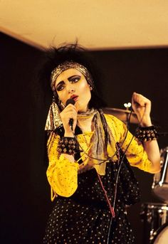 One of my favourite Siouxsie eras and this outfit is especially good!