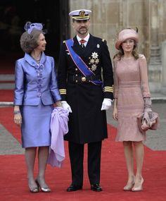 La reina de España, doña Sofía de Grecia, junto a los príncipes de Asturias, Felipe y Letizia, a su llegada al enlace real del príncipe Guillermo de Inglaterra con Catalina Middleton, el 29 de abril de 2011 en Londres.
