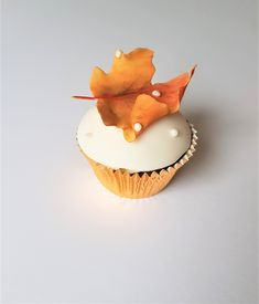 Autumn Wedding Cupcakes decorated with rusty toned maple leaves. #cupcaketower #weddingcupcakes #canadathemewedding Cupcake Tower Wedding, Wedding Cupcakes, Autumn Wedding, Desserts, Food, Decor, Tailgate Desserts, Deserts, Decoration
