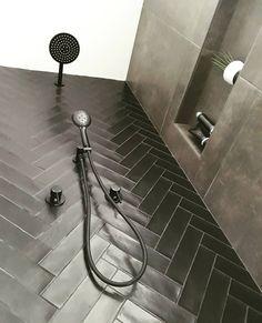 Binnenkijken bij Monique - Inspiraties - ShowHome.nl Bathroom Storage, Bathroom Interior, Modern Bathroom, Small Bathroom Inspiration, Bathroom Goals, Bathroom Toilets, House Goals, Beautiful Bathrooms, Bathroom Renovations