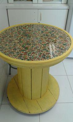 Mesa de carretel com tecido e vidro. Mosaicos da Lis. Wooden Spool Projects, Wooden Spool Tables, Wooden Cable Spools, Wood Spool, Mosaic Crafts, Mosaic Art, Unique Furniture, Diy Furniture, Beer Cap Table