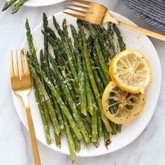 Oven Roasted Asparagus Recipe Oven roasted asparagus with parmesan cheese is the best way to eat asparagus! It's a healthy side dish recipe that's cooked to perfection. Asparagus Recipes Oven, Oven Roasted Asparagus, Shrimp And Asparagus, How To Cook Asparagus, Chicken Parmesan Recipes, Grilled Asparagus, Vegetable Recipes, Healthy Side Dishes, Side Dish Recipes