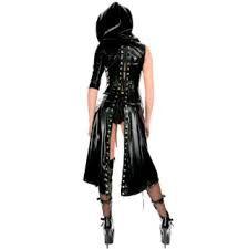 com roupas goticas