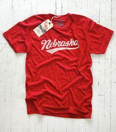 [TOTD] Nebraska Script by Little Mountain Le Nebraska, c'est un état situé en plein milieu des Etats-Unis. C'est aussi la région qui a vu naître Little Mountain Print Shoppe, un magnifique label US dont nous couvrons désormais chaque actualité. Bref, on ne pouvait pas passer à côté de cette jolie typo signée Joe Horacek, qui rend ici un énième hommage aux « Nebraska Natives »… http://www.grafitee.fr/tee-shirt/nebraska-little-mountain/ #LittleMountain #Tshirt #USA #fashion #trends
