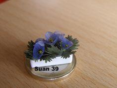 Flores con material desecado de plantas reales, desmontadas y pegadas, para formar el tamaño deseado. Son frágiles, pero sale una textura sorprendente.