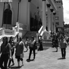 Un domingo soleado, cientos de espectadores salen a las calles luego de una función en el Teatro Municipal. #ccs  #caracas #venezuela #ccsinaccesible #caracasbella #blackandwhite #blancoynegro #noiretblanc #mdbw #monochromatic #bnw_venezuela #streetphotovenezuela #ciudad_ve