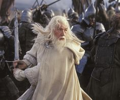 "Ian McKellen - Gandalf ""Władca pierścieni : Powrót króla"" /The Lord of the Rings: The Return of the King Ian Mckellen, Batman Begins, Elijah Wood, Jrr Tolkien, Tolkien Books, Harry Potter Francais, Gandalf Quotes, Lord Of Rings, Lord"
