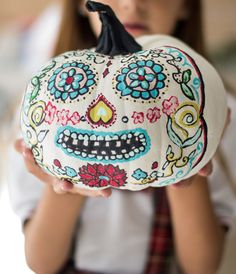 Mexican pumkin from hadas y cuscus Sugar Skull Crafts, Sugar Skull Pumpkin, Pumpkin Art, Sugar Skull Art, Pumpkin Carving, Pumpkin Painting, Sugar Skulls, Pumpkin Decorating Contest, Pumpkin Contest