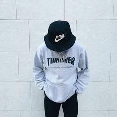 Sudadera Thrasher y para combinar un bucket hat Nike.