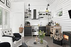 Big space, but small and narrow house: Modern Wooden House, Modern Tiny House, Tiny House Cabin, Cottage Design, Cabin Design, House Design, Small Space Living, Tiny Living, Cottage Showers