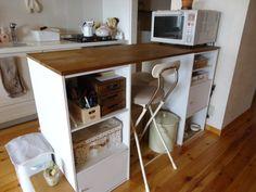 同じくカラーボックスで作ったデスクをキッチンに置いてカウンター代わりに使えます。軽い朝食をとったりお料理スペースとしても重宝しますね。