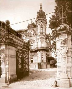 Calea Victoriei in perioada interbelica Vintage Architecture, Architecture Images, Paris, Bucharest Romania, Old City, Time Travel, Old World, Old Photos, Barcelona Cathedral