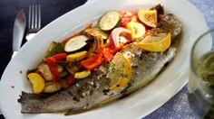 Do břicha ryb vložte ještě celé bylinky. Bylinky můžete i obměňovat. Vhodná kombinace je např. kopr a petrželka nebo estragon, kerblík a petržel, ale i jarní cibulka s natí a mladý česnek.