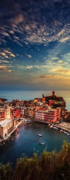 Manarola ~ is a beautiful and colorful city located in the province of La Spezia in northern Italy  Für spannende Infos von rest folge uns auf Pinterest: restdrink...oder schau doch einfach auf www.restdrink.de vorbei