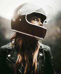 Moto Girl rockin' her Biltwell Gringo S helmet 👍 Motorbike Girl, Motorcycle Gear, Women Motorcycle, Lady Biker, Biker Girl, Bike Photoshoot, Sr500, Biker Chick, Motorbikes