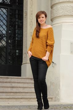 Herbst outfit | autumn outfit | fall outfit | look | mustard-coloured | mustard yellow | senfgelb | knit | knitwear | girl | fashionblog | fashion | fashionblogger | justmyself | sweater | pullover | strickpullover | streetstyle | vienna | brunette | hair | smile | stairs | treppen | säulen