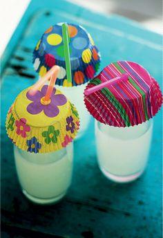 Copo de refresco não é piscina, embora alguns bichinhos insistam em dar seus mergulhos na bebida alheia. Para evitar banhistas inconvenientes nas refeições ao ar livre, uma boa saída é cobrir os drinques com formas de papel para cupcake, com um furo para o canudinho