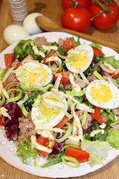 Sałatka z tuńczykiem, jajkiem i pomidorami   Słodkie okruszki Polish Recipes, Cobb Salad, Diet Recipes, Food And Drink, Menu, Dinner, Lunch, Cooking, Impreza