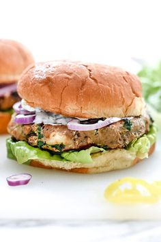 Turkey Burgers with Tzatziki Sauce are packed with fresh spinach, sun-dried tomatoes, oregano and feta cheese for a healthy Mediterranean version for hamburger fans Greek Burger, Greek Turkey Burgers, Turkey Burger Recipes, Chicken Recipes, Beef Burgers, Hamburger Recipes, Veggie Burgers, Hamburger Buns, Hamburgers