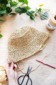 Crochet Basics, Diy Crochet, Crochet Hats, Knitted Hats, Crochet Beanie Hat Free Pattern, Crochet Round, Crochet Scarves, Crochet Ideas, Crochet Projects