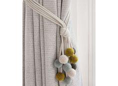 une embrasse de rideaux en laine tricot et crochet et crochet. Black Bedroom Furniture Sets. Home Design Ideas