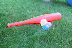 Jeux d'eau pour se rafraichir en été - baseball avec une balloune d'eau!
