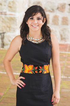 Tela: Lino Tipo de bordado: A mano con aguja Región en que elabora: Istmo de Tehuantepec, Oaxaca, México Diseño: Vestido en corte recto con fajilla de bordado
