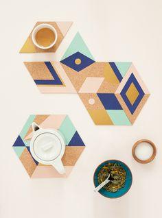 dessous de plat et dessous de verre décorés à la manière orientale, colorés et géométriques.