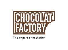 """Le logo de Chocolat Factory est simple et très parlant, la marque se concentre sur le produit en lui-même sans fioritures, c'est donc tout naturellement que le logo représente une barre de chocolat entamée et suscite la gourmandise. La mention """"the expert chocolatier"""" vient renforcer l'image de professionnel du chocolat et d'une marque centrée sur le produit et le goût."""