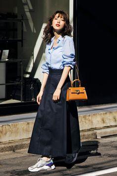 カジュアル派の【バサッとフレアスカート】コーデ8選|今っぽくかっこよく仕上げたい! | Oggi.jp Muslim Fashion, Hijab Fashion, Japanese Fashion, Korean Fashion, Office Outfits, Casual Outfits, Moroccan Dress, Islamic Clothing, Street Style