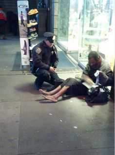 Clothe those ... -- valokuva poliisista, joka antoi kengät kodittomalle newyorkilaiselle.