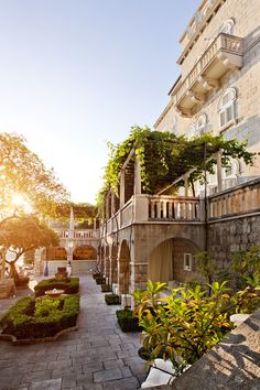 We have another new hotel in Dubrovnik to share with you today. Just five minutes' walk from Dubrovnik's Old Town, the small and perfectly-formed Villa Orsula Dubrovnik is housed in a white Art Deco villa that blends 1930s glamour with modern design – all accompanied by the scent of oranges, pines and lavender from the gardens.