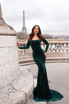 Cadencia - Emerald Velvet Gown with Long Off-Shoulder Sleeves – A&N Luxe Label Elegant Dresses, Pretty Dresses, Robes D'occasion, Gala Dresses, Long Dresses, Mermaid Dresses, Formal Gowns, Evening Dresses, Fashion Dresses