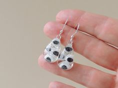 VENDITA, orecchini occhio di Bug, Black & White in resina orecchini, Wiggle…