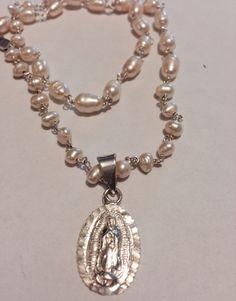 Collar de perlas con hilo de plata. Medalla de la virgen de Gpe de plata